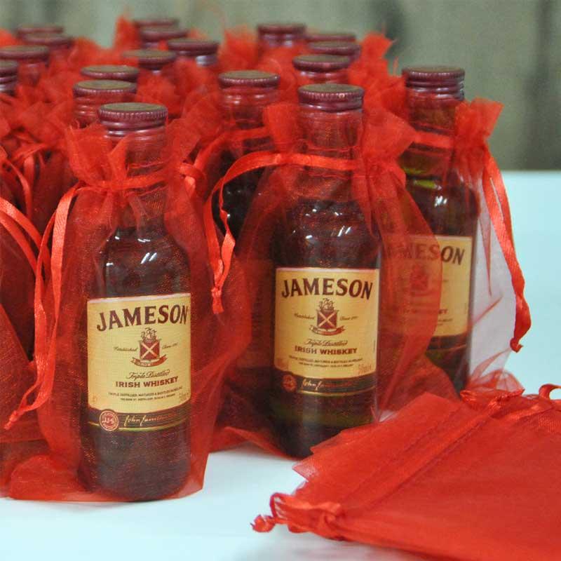 Whisky Jameson en formato miniatura decorado con bolsitas de organza
