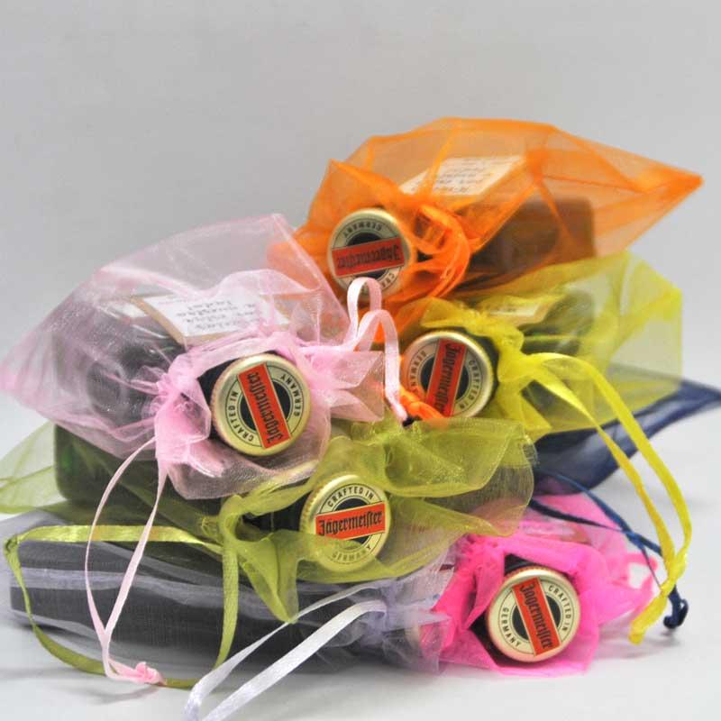 Detalles de boda: botellitas de Jager con bolsita de organza